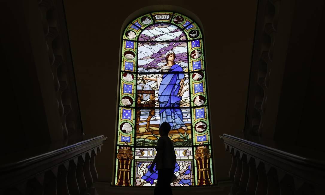 Urânia, deusa da Astronomia, enfeita escadaria do Mast, em São Cristóvão. Foto: Custódio Coimbra / Agência O Globo