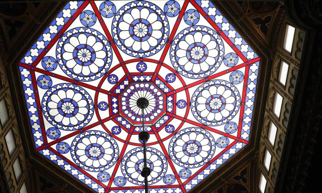 Vitral de cúpula do Real Gabinete Português de Leitura cumpre função de iluminação no edifício de pé direito triplo. Foto: Custódio Coimbra / Agência O Globo
