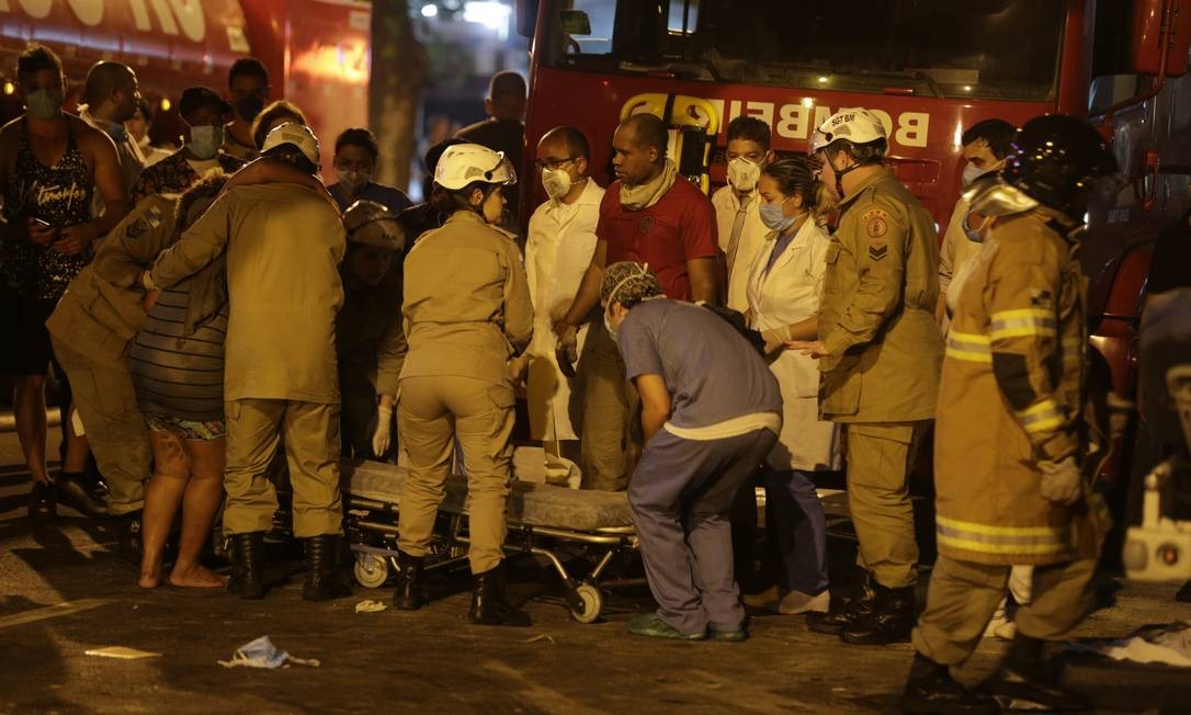 Incêndio atinge Hospital Badim na Tijuca, e pacientes são retirados nas macas Foto: Alexandre Cassiano / Alexandre Cassiano
