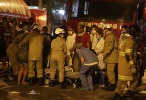 Incêndio atinge Hospital Badim na Tijuca, e pacientes são retirados nas macas Foto: Alexandre Cassiano/ Agência O Globo