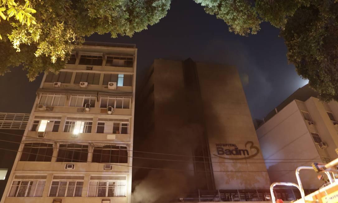 Quatro quartéis dos Bombeiros atuam para debelar o fogo. Tudo indica que curto-circuito no gerador do hospital tenha provocado o incêndio Foto: Alexandre Cassiano / Agência O Globo
