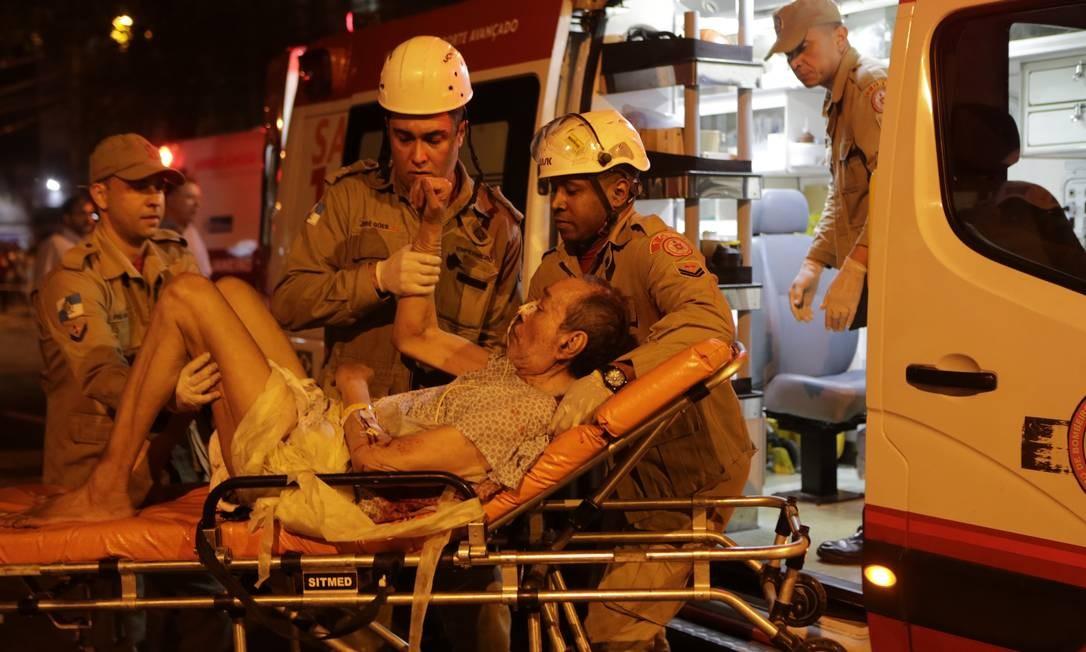 Bombeiros socorrem paciente que estava em tratamento no Hospital Badim Foto: Alexandre Cassiano / Agência O Globo