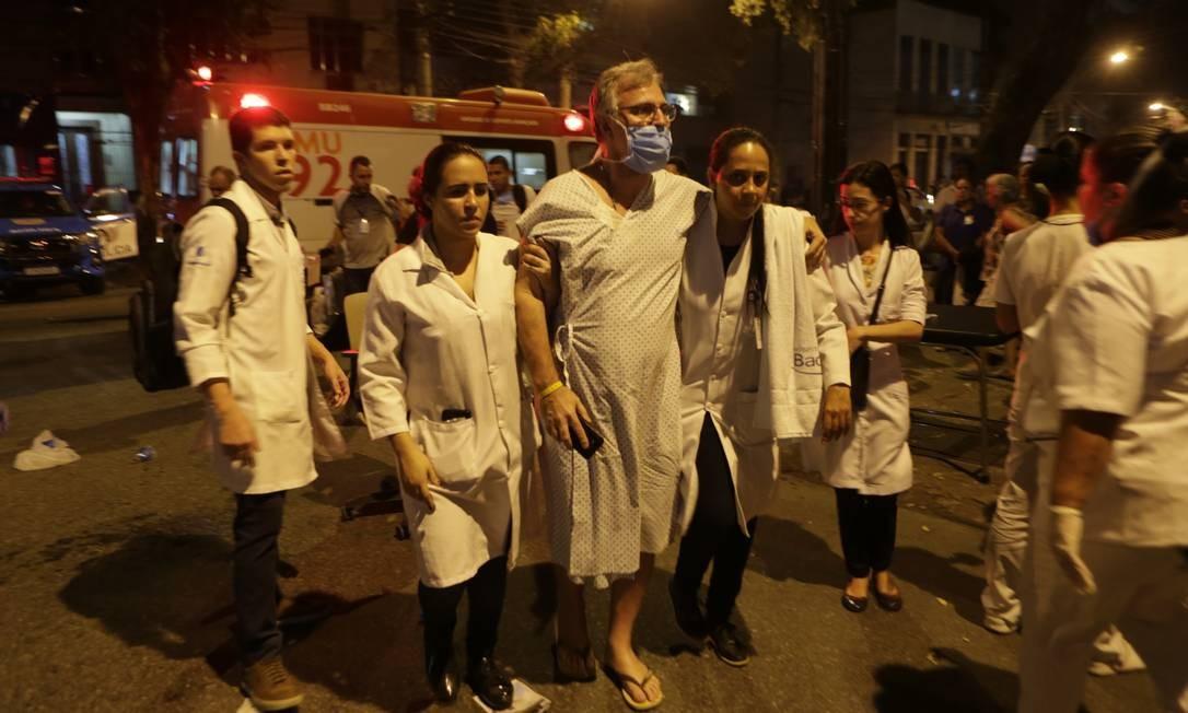 Equipe médica acompanha paciente retirado da unidade Foto: Alexandre Cassiano / Agência O Globo