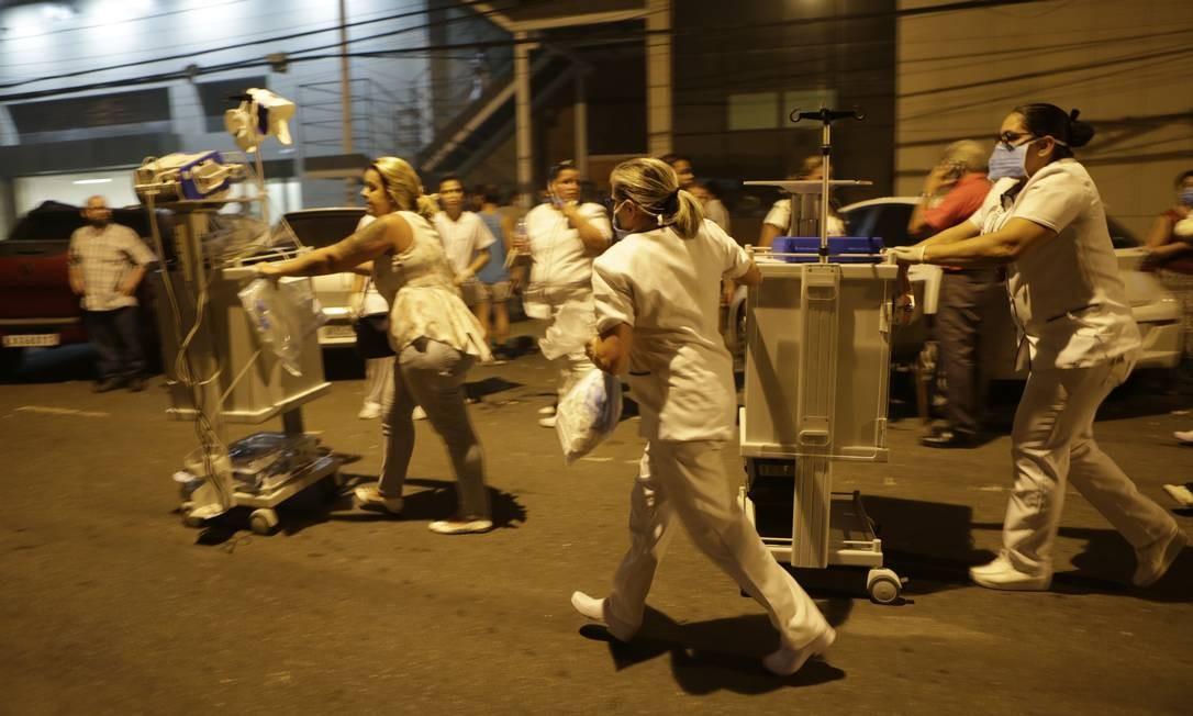 Equipe do hospital tenta também salvar equipamentos da unidade Foto: Alexandre Cassiano / Agência O Globo