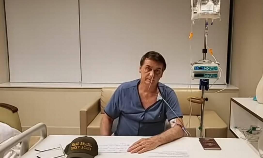 O presidente Jair Bolsonaro em transmissão ao vivo feita no hospital Vila Nova Star, em São Paulo Foto: Reprodução