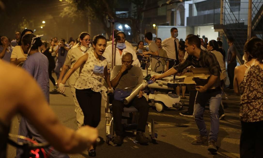 Pacientes estão sendo transferidos para creche próxima à unidade e para outros hospitais do Rio Foto: Alexandre Cassiano / Agência O Globo