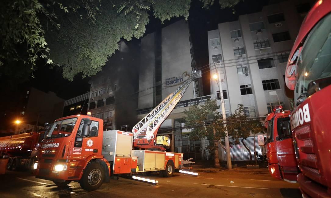 A corporação disse que ainda não há informação de em que parte do hospital começou o fogo Foto: MARCELO THEOBALD / Agência O Globo