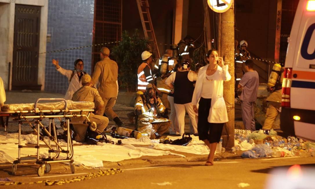 Pacientes estão sendo atendidos na calçadas das ruas São Francisco Xavier e Artur Menezes Foto: MARCELO THEOBALD / Agência O Globo