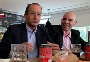 Marcelo ao lado do gerente Marcos Sabiá, na sede da empreiteira em SP Foto: Reprodução