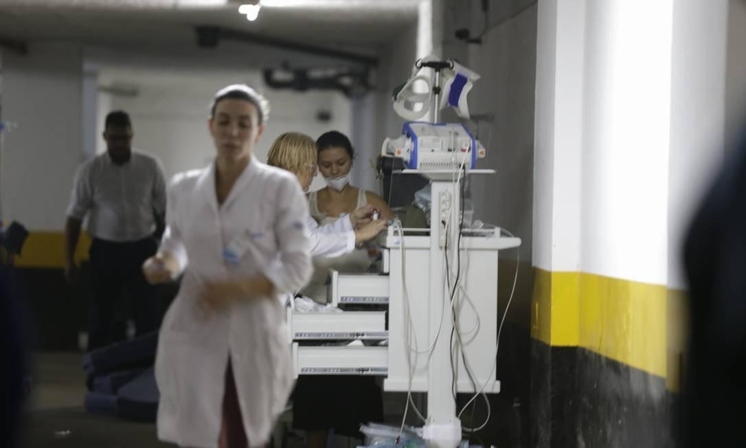 Atendimento improviado em garangem de um prédio perto do hospital Foto: Alexandre Cassiano / Agência O Globo