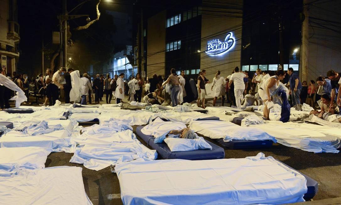 Médicos e bombeiros fizeram uma verdadeira força-tarefa para retirar às pressas pacientes após início do fogo Foto: Fotoarena / www.fotoarena.com.br