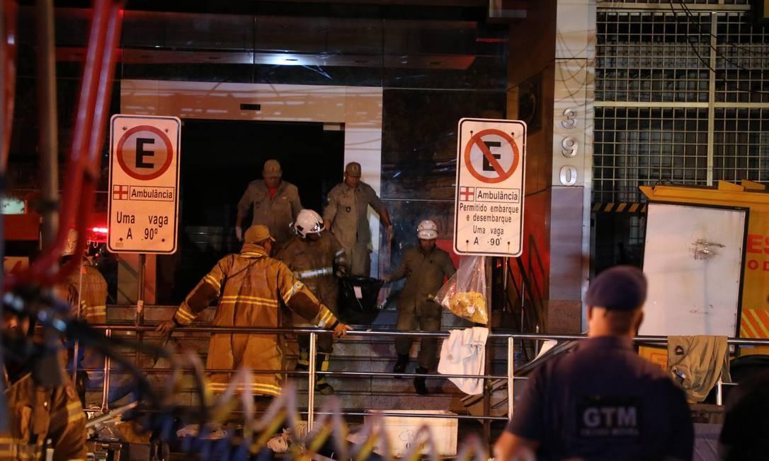 Mais um corpo é retirado de dentro do hospital Badim que pegou fogo Foto: Fabio Motta