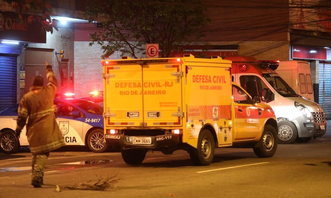 Mais um carro da Defesa Civil deixa o hospital Foto: Fábio Motta