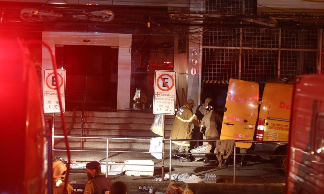 Bombeiros retiram mais um corpo do interior do prédio Foto: Fabio Motta