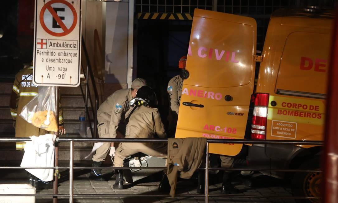 Outro corpo é removido por equipes dos bombeiros Foto: Fabio Motta
