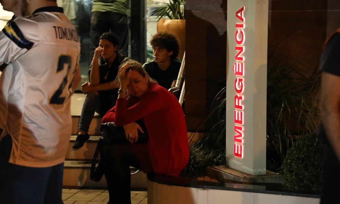 Familiares ainda buscam por informações de parentes Foto: Fabio Motta