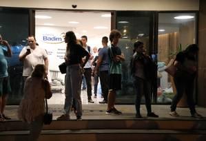 Parentes e amigos de pacientes ainda buscam por informações Foto: Fabio Motta
