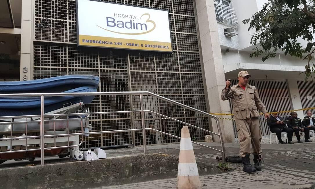 Um bombeiro trabalha no Hospital Badim Foto: Felipe Grinberg / Agência O Globo