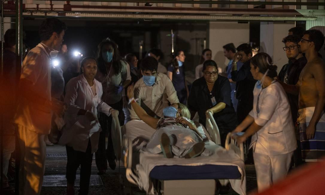 Pacientes foram retirados da unidade e levados para outras sete unidades de saúde na cidade Foto: Alexandre Cassiano / Agência O Globo