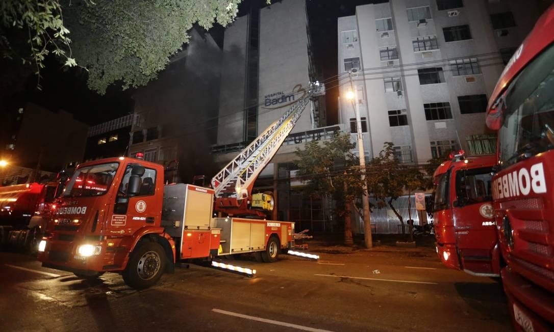 Bombeiros passaram a madrugada fazendo varredura nos seis andares do prédio Foto: Marcelo Theobald / Agência O Globo