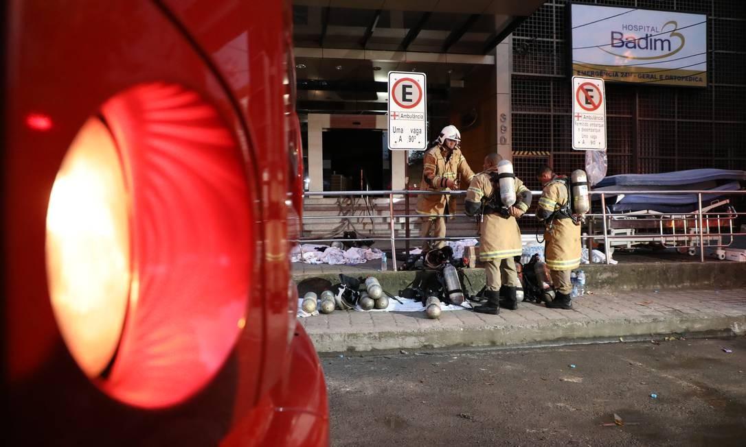 Bombeiros passaram a madrugada no Hospital Badim Foto: Fabio Motta / Agência O Globo