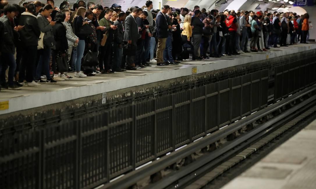 Passageiros esperam o metrô na estação Gare du Nord, na capital francesa, apenas seis linhas estão funcionando parcialmente Foto: CHRISTIAN HARTMANN / REUTERS