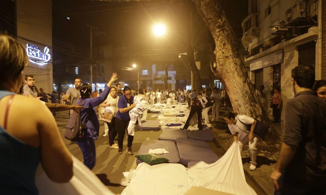 Durante o incêndio no Hospital Badim, camas foram improvisadas na rua para retirar e atender pacientes da unidade Foto: Alexandre Cassiano / Agência O Globo