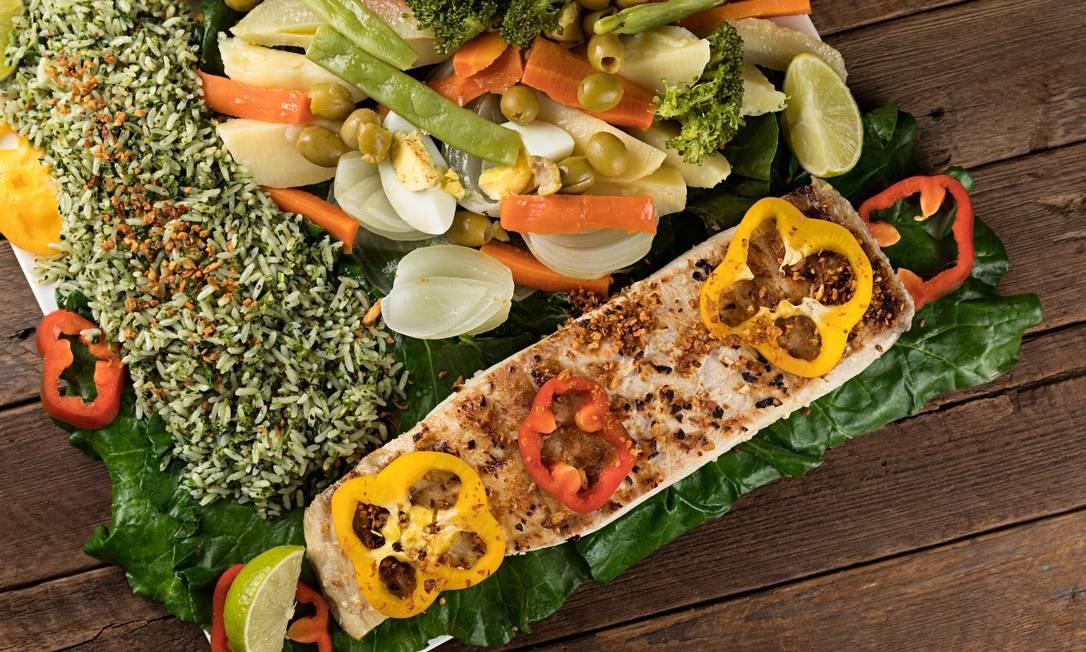 Adega Cesari: Adega Cesari: Pirarucu na brasa com salada de legumes e arroz de brócolis Foto: RODRIGO AZEVEDO FOTOGRAFIA / Divulgação