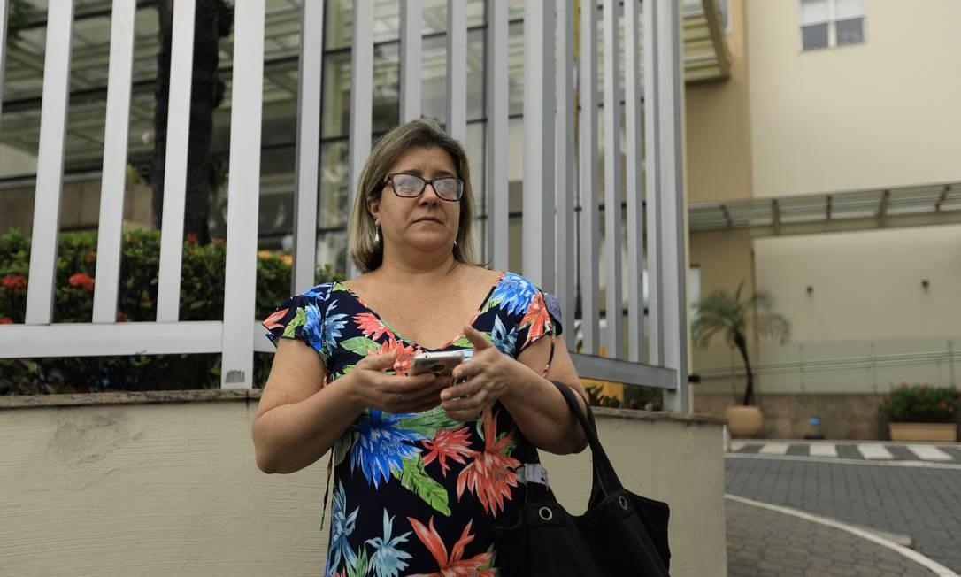 Ana Cristina Monteiro na porta do Hospital Badim: 'Noite de terror' Foto: Brenno Carvalho / Agência O Globo