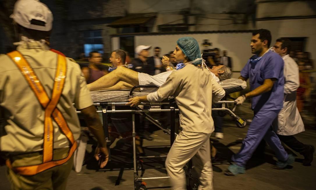 A correria para salvar os pacientes acamados Foto: Alexandre Cassiano / Agência O Globo