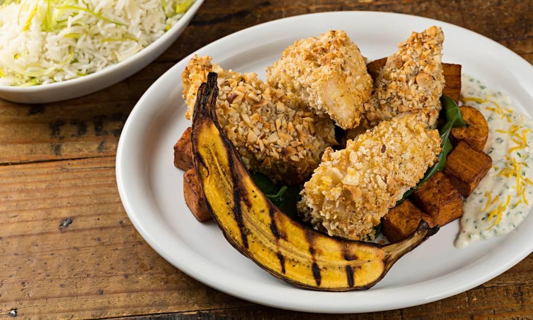 Empório Gourmet: Pirarucu temperado com ervas, incrustado de castanha do Pará, com cubos de banana da terra fritos e creme de castanha e arroz com alho poró Foto: RODRIGO AZEVEDO FOTOGRAFIA / Divulgação