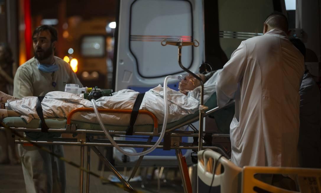 Pacientes que não podiam se locomover sozinhos foram retirados do hospital de maca Foto: Alexandre Cassiano / Agência O Globo