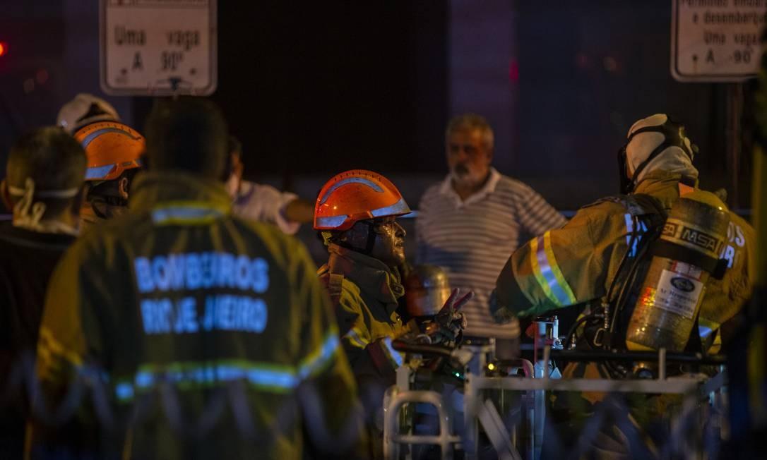 Bombeiros no trabalho de combate ao incêndio Foto: Alexandre Cassiano / Agência O Globo