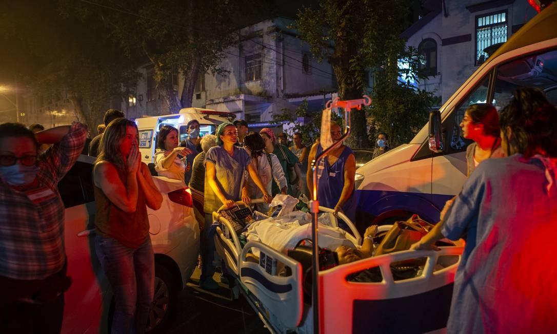 A corrida para que os pacientes fossem para as ambulâncias Foto: Alexandre Cassiano / Agência O Globo