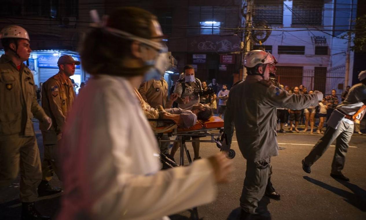 Pacientes acamados sendo levados para as ambulâncias Foto: Alexandre Cassiano / Agência O Globo