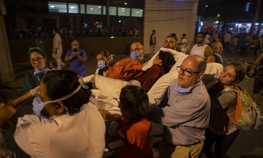 Solidariedade para salvar quem estava internado no hospital Badim Foto: Alexandre Cassiano / Agência O Globo