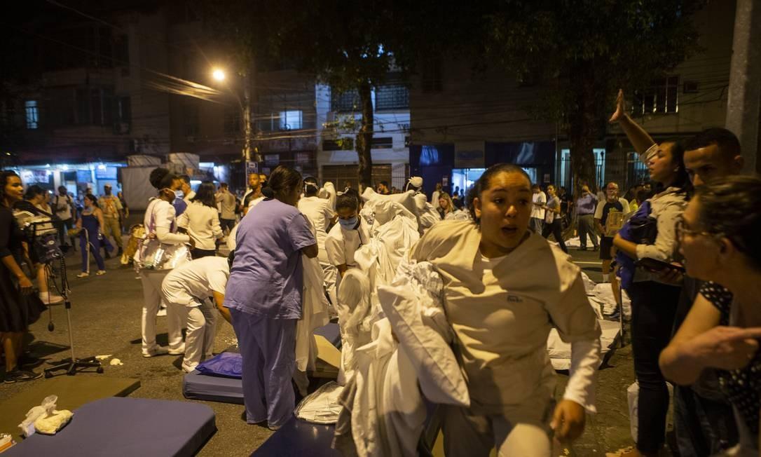 A saída de funionários e pacientes do hospital Foto: Alexandre Cassiano / Agência O Globo