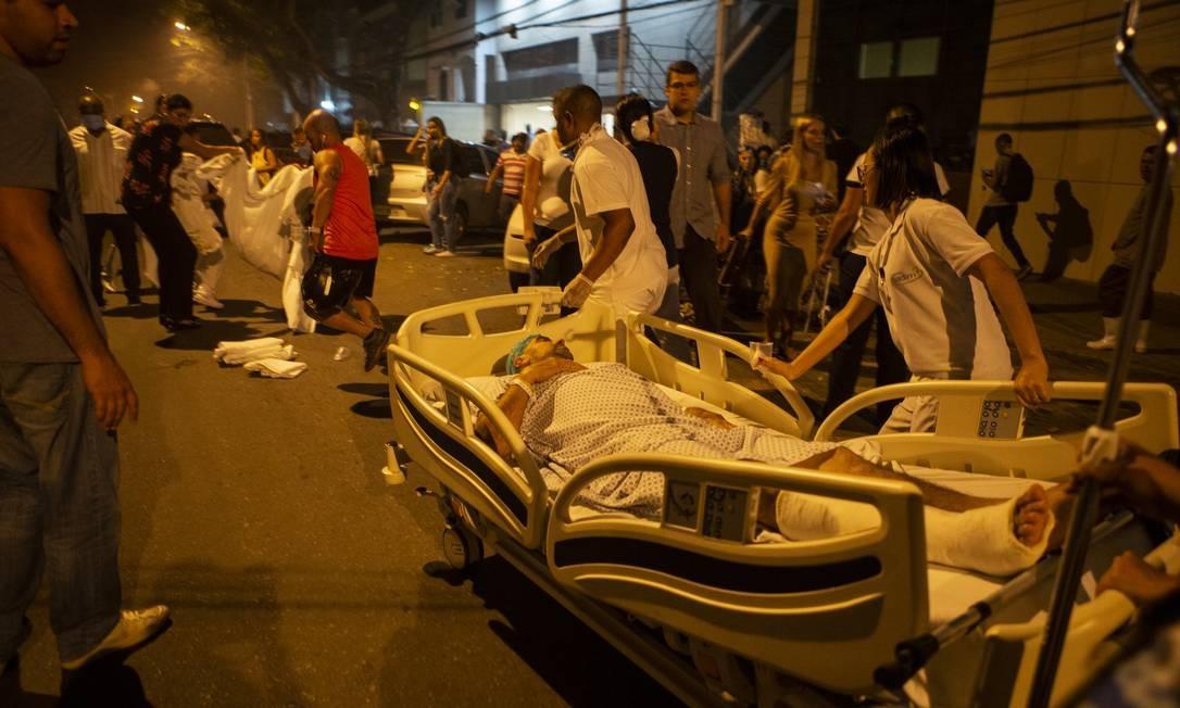 Paciente a caminho de uma ambulância para ser levado para outro Hospital Foto: Alexandre Cassiano / Agência O Globo