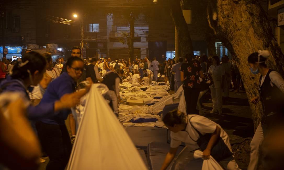 Os pacientes acamados sendo transferidos para outras unidades Foto: Alexandre Cassiano / Agência O Globo