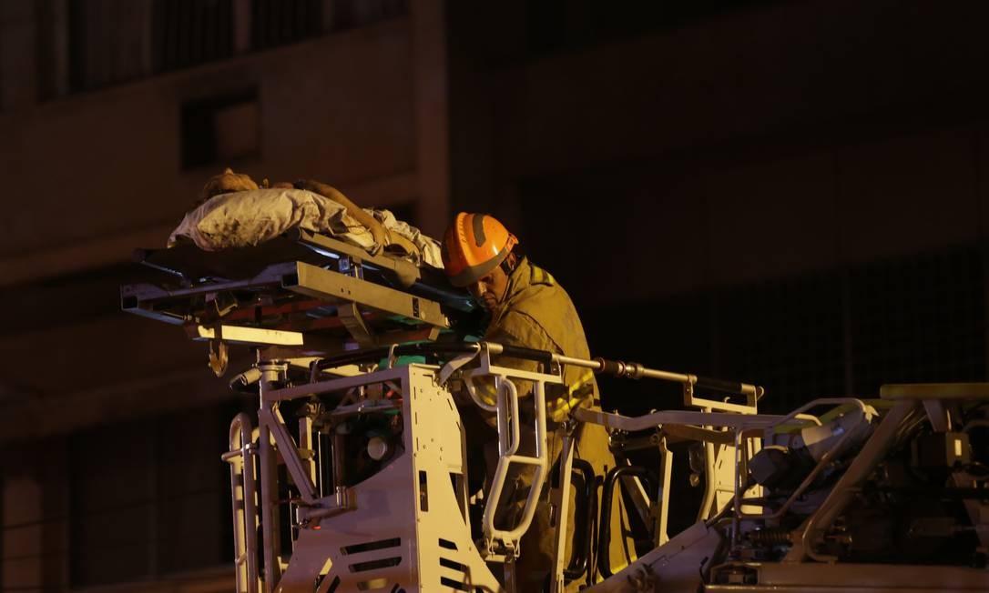 Bombeiros retiram o paciente na maca pela escada magirus Foto: Alexandre Cassiano / Alexandre Cassiano