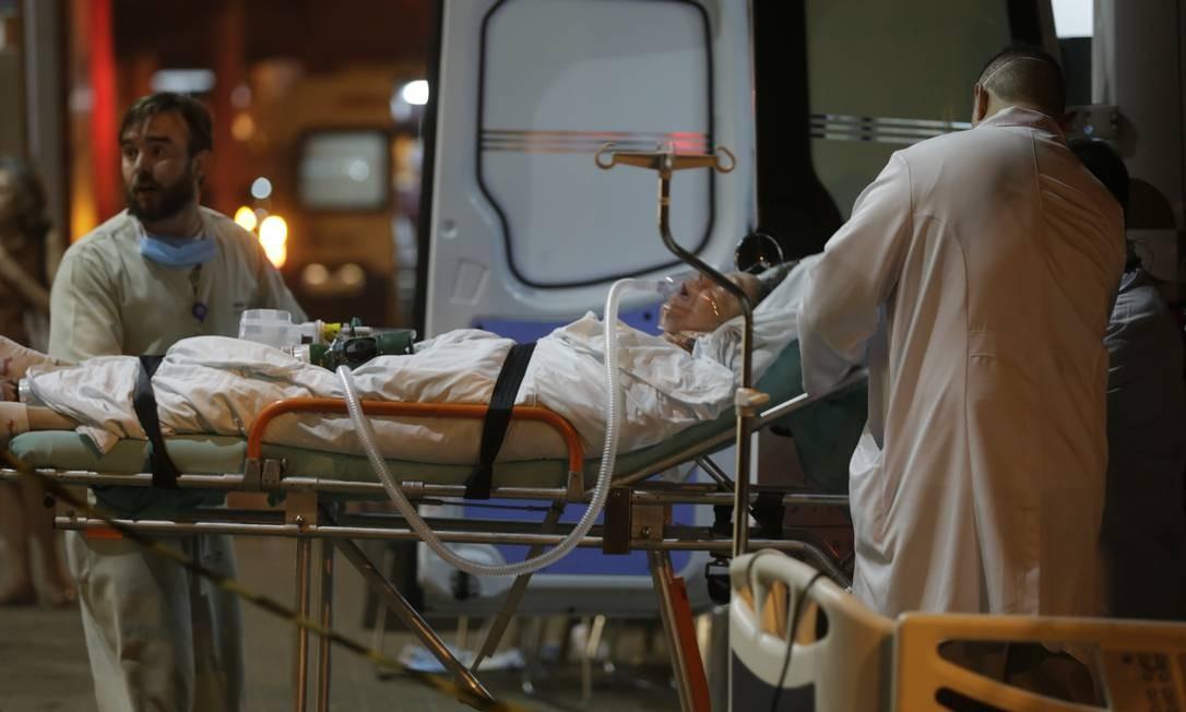 Ambulâncias de diversos hospitais ajudaram na remoção dos pacientes do hospital Badim Foto: Alexandre Cassiano / Agência O Globo