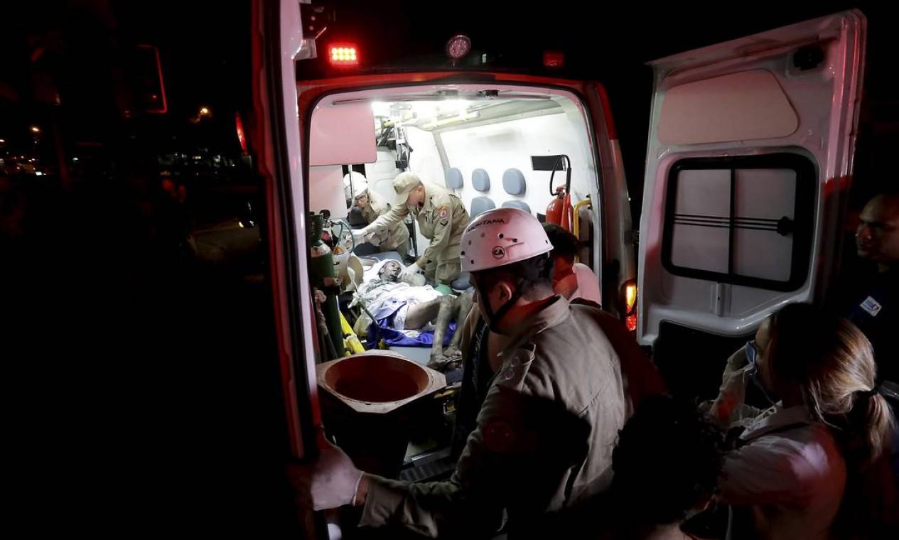 Ambulância faz a transferência dos pacientes do hospital Badim Foto: MARCELO THEOBALD / Agência O Globo