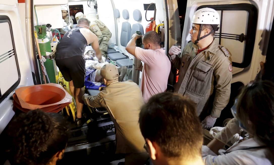 Pacientes retirado do hospital que pegava fogo na ambulância Foto: MARCELO THEOBALD / Agência O Globo