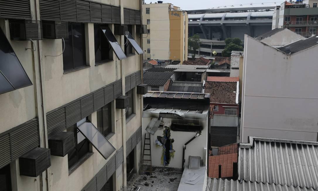 Parede quebrada pelo Corpo de Bombeiros no Hospital Badim, no Maracanã, Zona Norte do Rio Foto: Marcia Foletto / Marcia Foletto