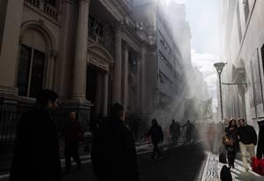 Manifestantes caminham rumo à porta do Banco Central da Argentina, em protesto contra a crise econômica Foto: Erica Canepa / Bloomberg News/13-8-2019
