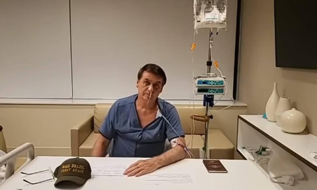 O presidente Jair Bolsonaro, mesmo internado para se recuperar da cirurgia, falou por 3 minutos em transmissão ao vivo no facebook, como faz as quintas-feiras. Por determinação médica Bolsonaro só vai voltar dia 17 ao trabalho Foto: Reprodução/Facebook