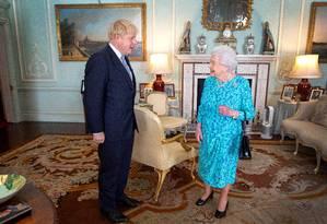 Rainha Elizabeth II ao receber o premier Boris Johnson em audiência no Palácio de Buckhingham, em julho. Justiça questiona se ele mentiu à rainha ao pedir a suspensão do Parlamento até o mês que vem Foto: POOL New / REUTERS