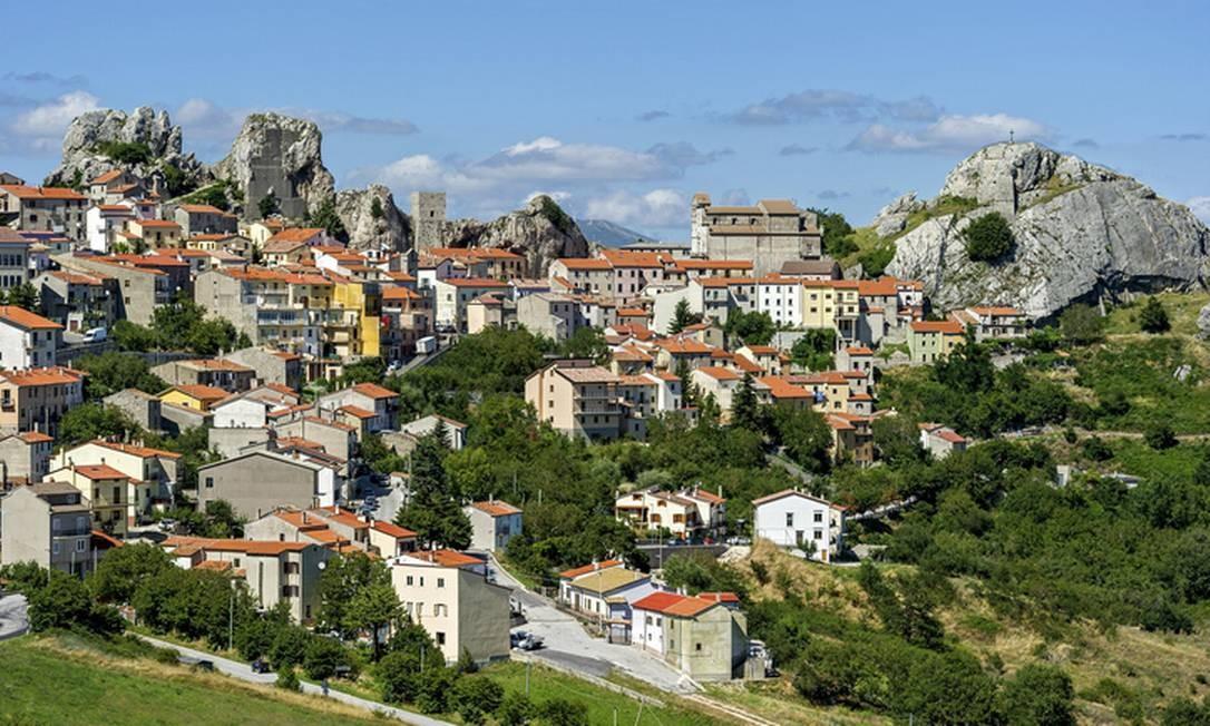 Vilarejo de Pietrabbondante encravado nas rochas da região de Molise Foto: Raimund Kutter / Getty Images/imageBROKER RF