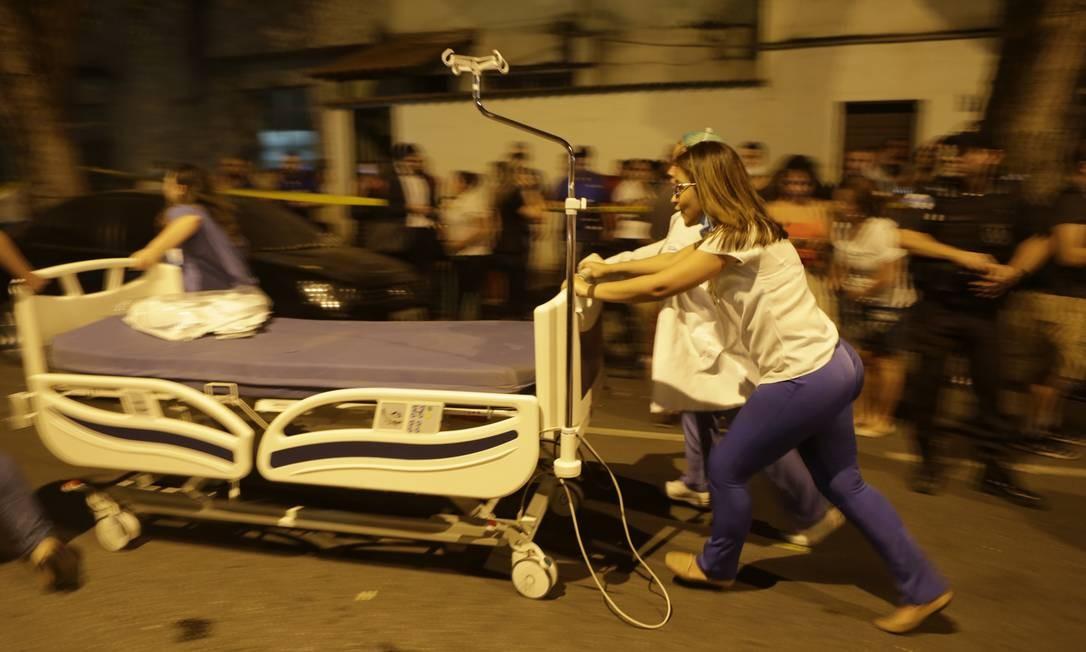Onze mortes decorrentes do incêndio que atingiu o Hospital Badim, no Maracanã, já foram confirmadas: 103 pacientesestavam internados no momento da tragédia na unidade, que contava com 226 funcionáros Foto: Alexandre Cassiano / Agência O Globo