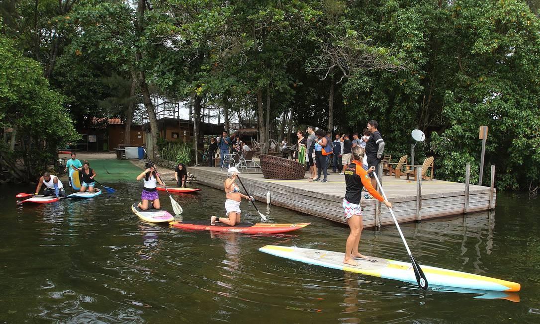 As aulas de stand up paddle estão entre as atividades oferecidas gratuitamente no espaço localizado às margens da Lagoa de Marapendi Foto: Reginaldo Pimenta / Agência O Globo